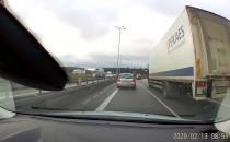Zderzenie dwóch ciężarówek na zjeździe z...