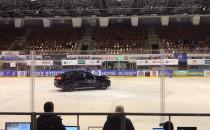 Samochod na lodzie w hali olivia