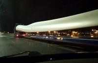 Nocny przejazd skrzydeł wiatraka estakadą Kwiatkowskiego