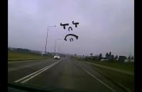 Kierowca wyprzedza na ciągłej, gdy drugi chce skręcić