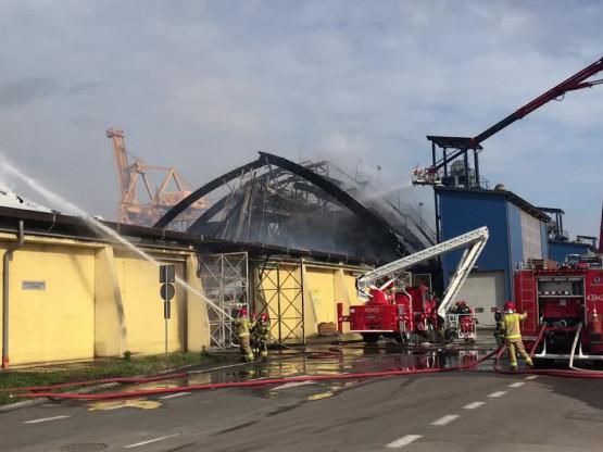 Działania strażaków w porcie w Gdyni