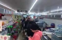 Bardzo wielu klientów w sklepach spożywczych