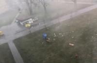 Potężny wiatr przewraca śmietniki w Brzeźnie