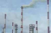 Zielony dym z komina rafinerii