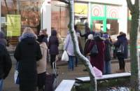 Kolejka przed sklepem, ludzie stoją w odstępach