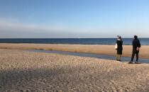 Pojedynczy spacerowicze na plaży w Jelitkowie