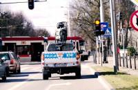 Policjanci z radiowozów proszą, by zostać w domu