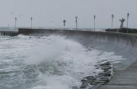 Wzburzone morze na gdyńskim Bulwarze