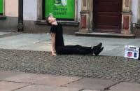 Akrobata ze szklaną kulą