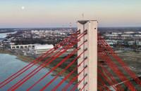 Pełnia różowego Księżyca nad mostem wantowym w Gdańsku