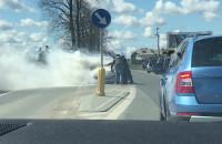 Płonący samochód na drodze z Osowej na Chwaszczyno