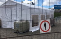 Namiot do badań na koronawirusa przy stadionie