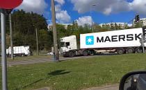 Ciężarówka z naczepą zablokowała...