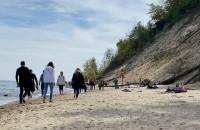 Sporo spacerowiczów na plaży w Redłowie