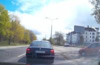 Audi omija korek chodnikiem