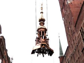 Udany powrót króla i hełmu na wieżę ratusza