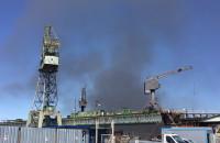 Gęsty czarny dym w gdańskim Porcie