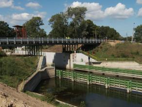 Budowa mostu zwodzonego nad śluzą w Przegalinie