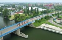 Tramwaj pokonuje trasę ze Stogów do centrum Gdańska