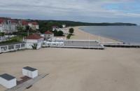 Pusta plaża w Sopocie, ale ludzie są na molo
