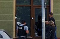 Służba celna wybija szybę w drzwiach zamkniętego lokalu