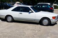 Mercedes SEL 500 na parkingu