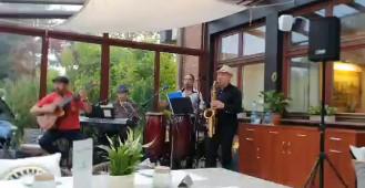 Zespół przygrywa gościom restauracji Fischgarten