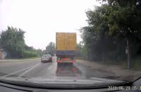 Audi wyprzedza lewoskrętem i przejeżdża na czerwonym świetle
