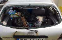 Zdewastowane auto w centrum Gdańska