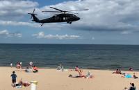 Przelot wojskowych śmigłowców nad plażą w Brzeźnie