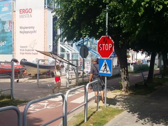 """Rowerzyści nie zatrzymują się przed znakiem """"STOP"""""""