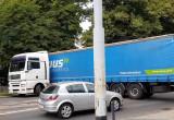 Ciężarówka o włos od zerwania trakcji na Hallera