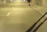 Rowerzysta w tunelu pod Martwą Wisłą