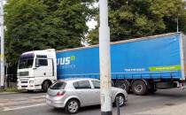 Ciężarówka zawraca przed wiaduktem na...