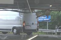 Dostawczak demoluje parking w Klifie