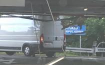 Dostawczak demoluje parking podziemny w...