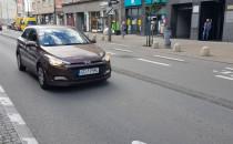 Samochód jedzie pod prąd ul. Świętojańską