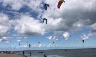 Tłumy amatorów kitesurfingu w Rewie