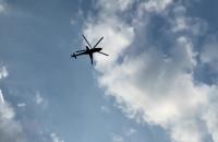 Śmigłowiec mi-24 przelatuje nad plażą