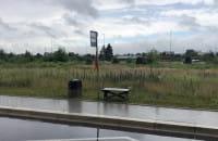 Ławka-samoróbka na przystanku autobusowym