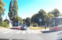 Wyprzedzanie autobusu przed przejściem