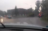 Ulewny deszcz, trudne warunki na drogach