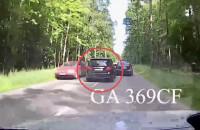 Mercedes wyprzedza hurtem i spycha innych na pobocze