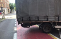 Ciężarówka na drodze rowerowej