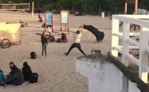 Dmuchanie sofy na plaży to nie taka prosta...
