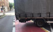 Ciężarówka stoi na drodze rowerowej w Gdyni