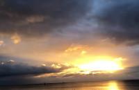 Tęcza i zjawiskowy wschód słońca nad morzem