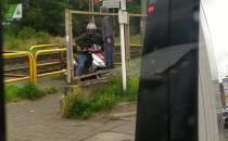 Przejechał na skuterze przez rogatki kolejowe