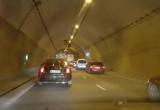 Kierowcy jadą zamkniętym pasem w tunelu