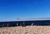 Zadymienie nad plażą po przelocie samolotów